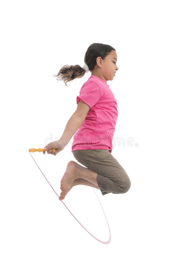 Fille active sautant avec la corde à sauter photographie stock libre de droits