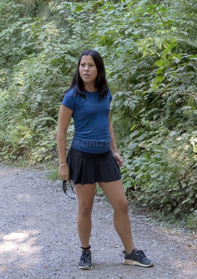 Fille adolescente d'Amerasian dans la pose de interrogation, parc de Snoqualmie, état de Washington images libres de droits