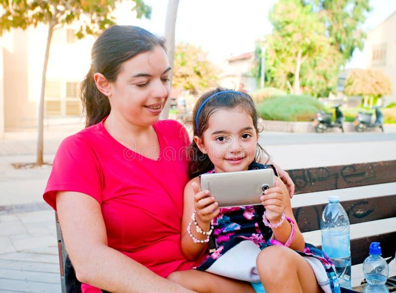 Fille adorable avec le téléphone portable images stock