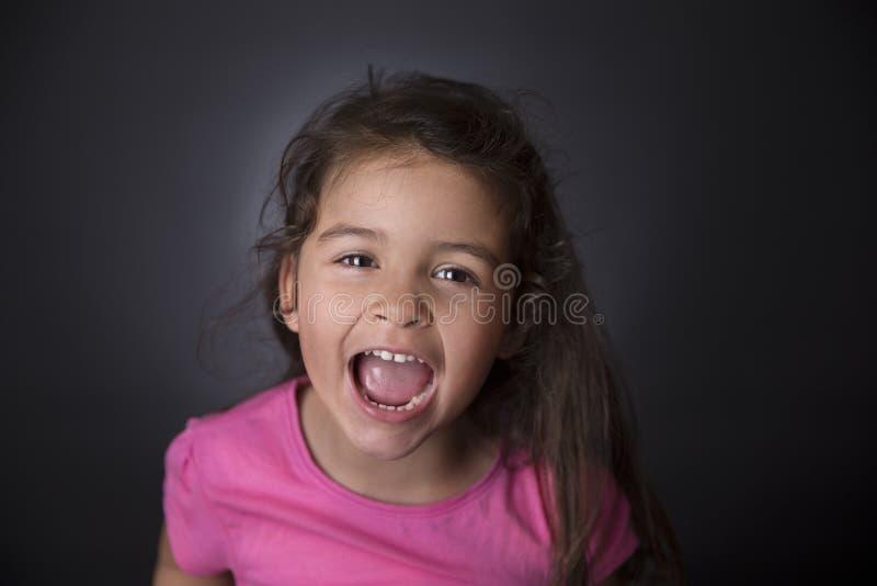 Fille adorable criant photo libre de droits