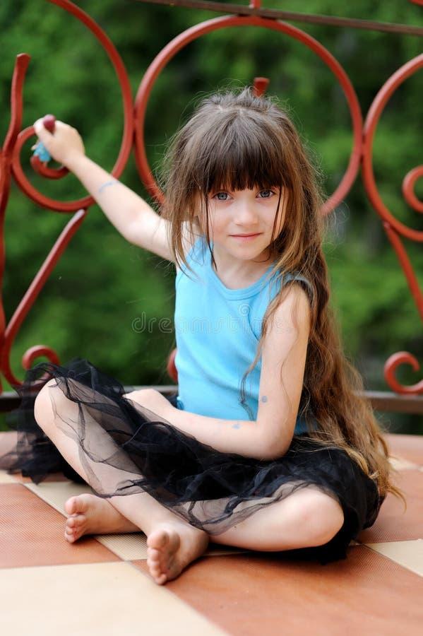 Fille adorable d'enfant en bas âge avec le cheveu foncé très long images stock
