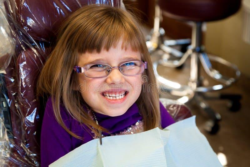 Fille adorable dans le dentiste Chair image stock
