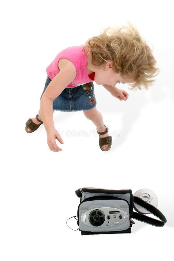 Fille adorable de 4 ans dansant autour au-dessus du blanc photos stock