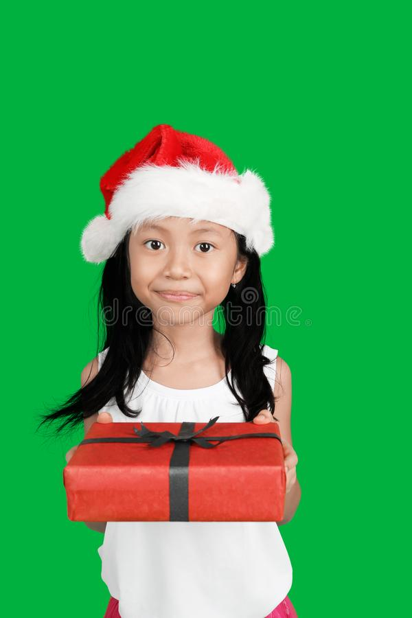 Fille adorable donnant le cadeau de Noël image stock