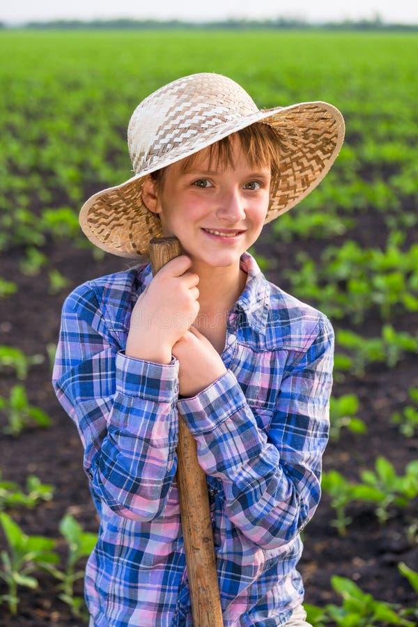 Fille adorable se tenant avec la pelle photographie stock libre de droits