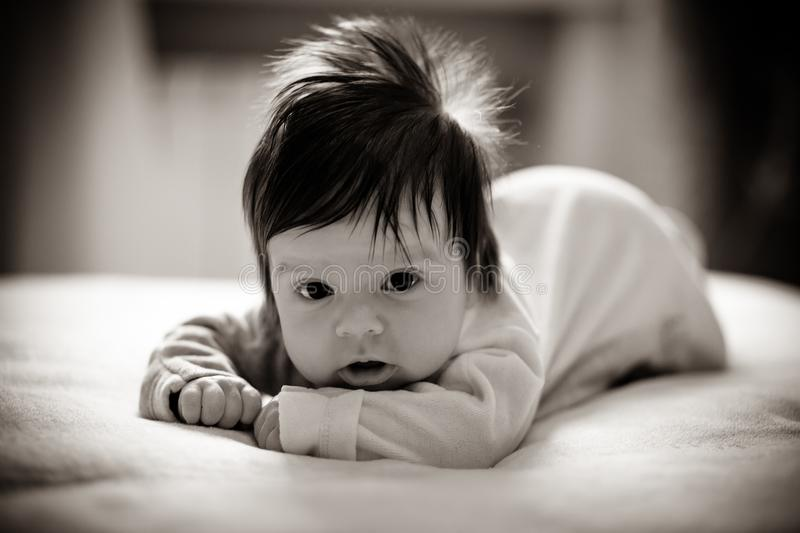 Fille adorable sur le lit photo stock
