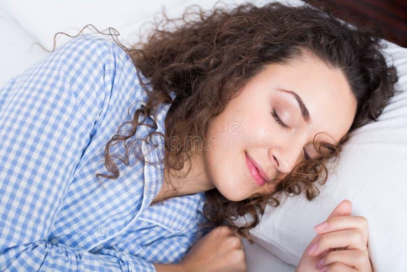 Fille adulte mignonne souriant dans son sommeil images libres de droits