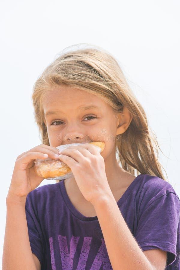 Fille affamée avec un appétit pour mordre un tarte délicieux photo libre de droits