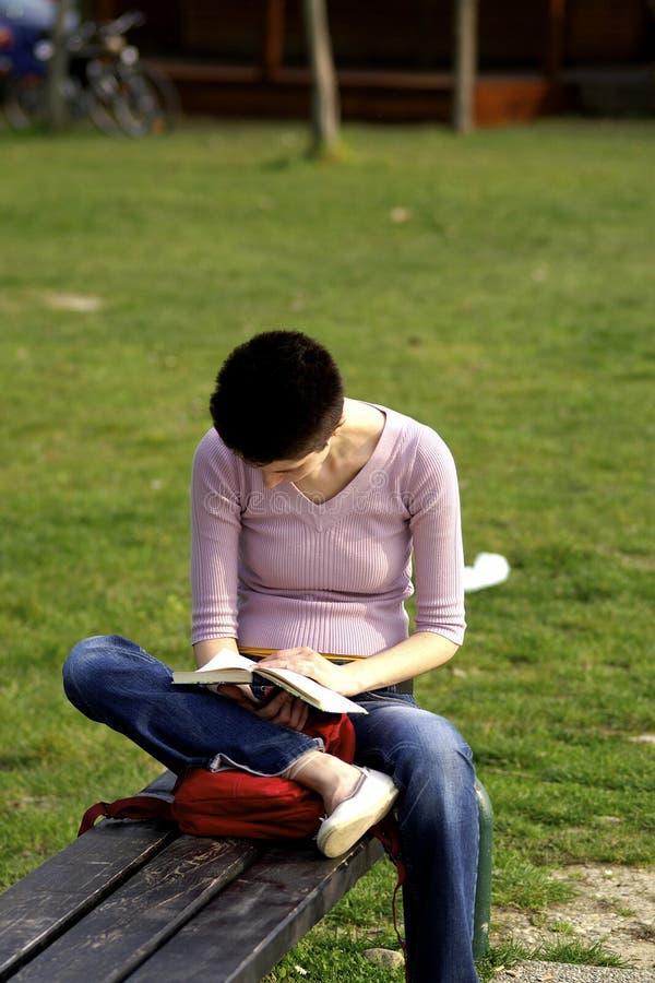 Fille affichant un livre photos libres de droits