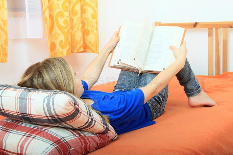 Fille affichant un livre photos stock