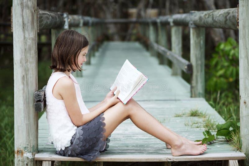 Fille affichant un livre photo stock