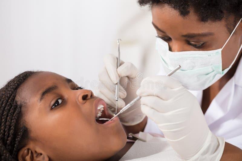 Fille africaine avec la bouche ouverte pendant le contrôle oral image stock