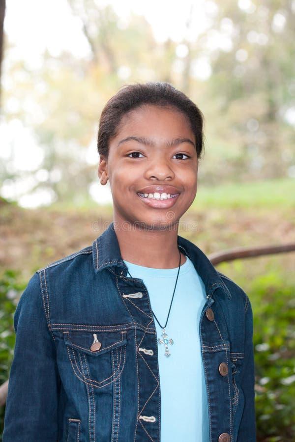 Fille afro-américaine dans un pré images stock