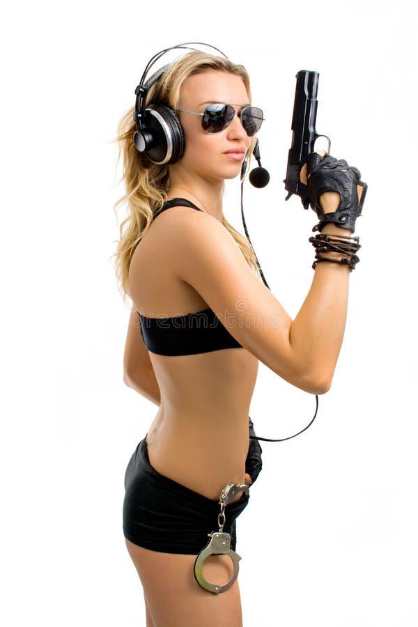 Fille-agent avec un canon et des menottes photo libre de droits