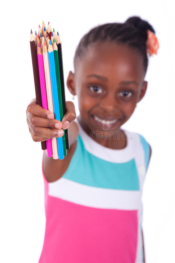 Fille américaine d'africain noir mignon petite tenant le crayon de couleur - A image stock