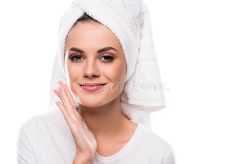 Fille appliquant la crème sur le visage image stock