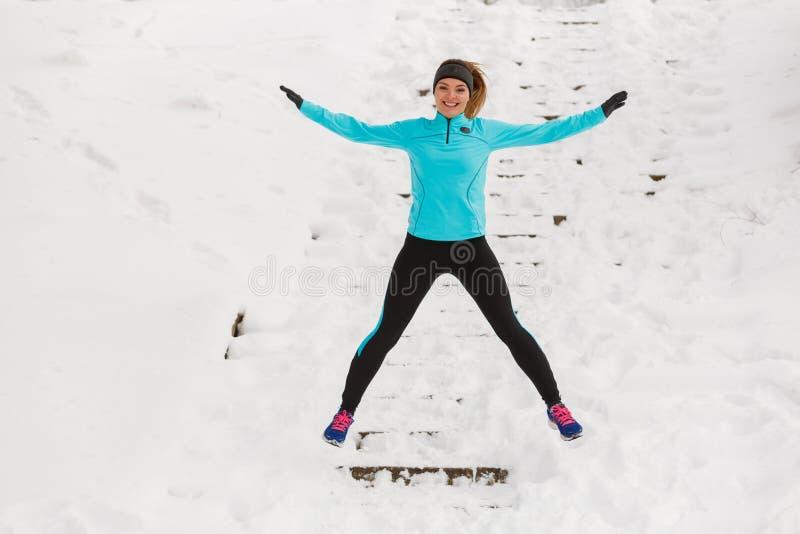 Fille appréciant l'horaire d'hiver photographie stock
