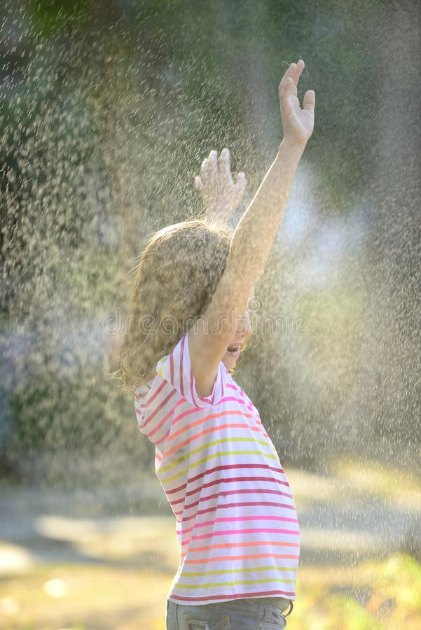 Fille appréciant la pluie légère d'été photographie stock libre de droits