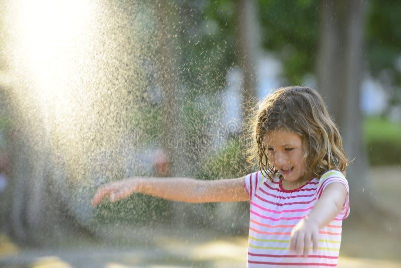 Fille appréciant la pluie légère d'été image stock