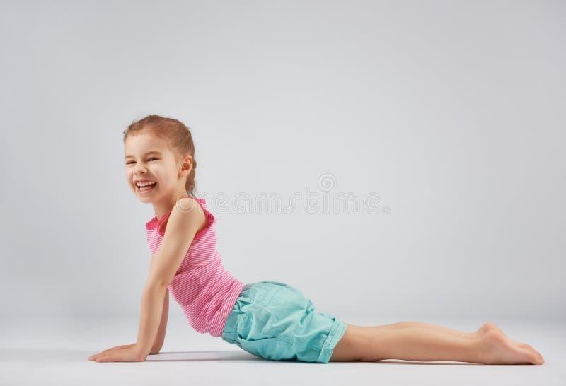 Fille appréciant le yoga photo stock