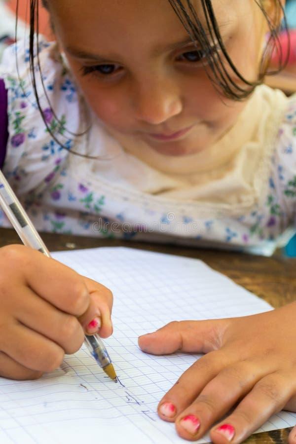 Fille apprenant à écrire photo stock