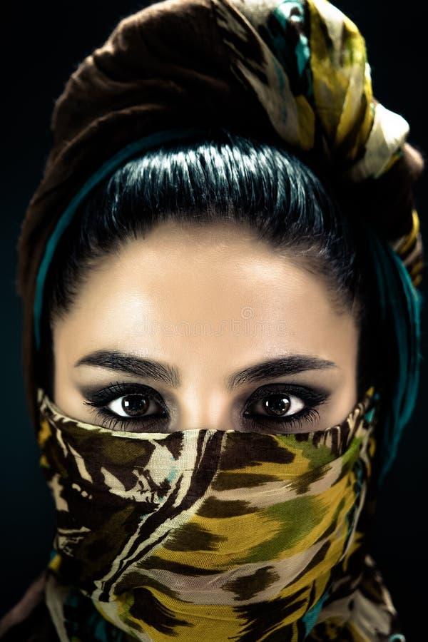 Portrait d'une fille arabe dans un foulard photographie stock libre de droits