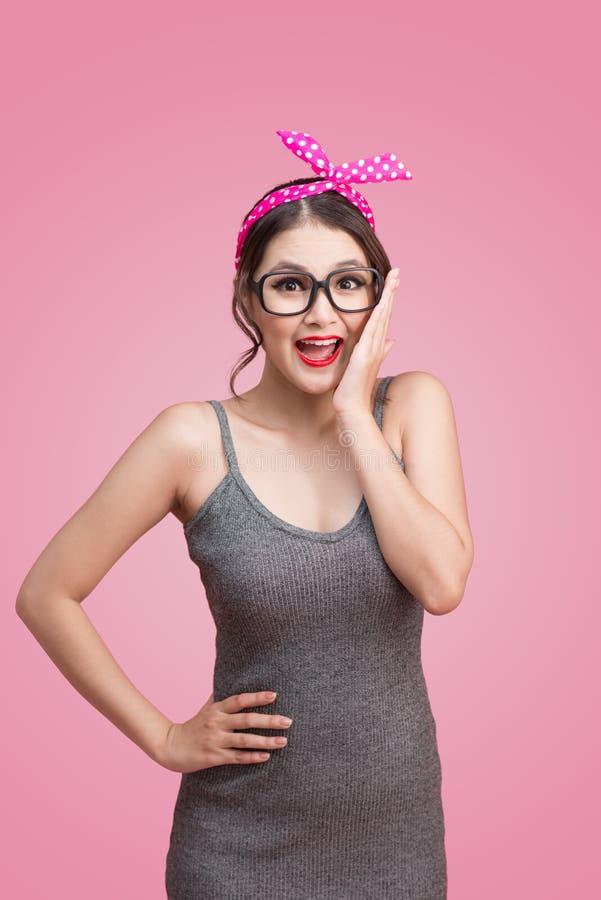 Fille asiatique étonnée avec le joli sourire dans le style de pin-up de maquillage photos stock