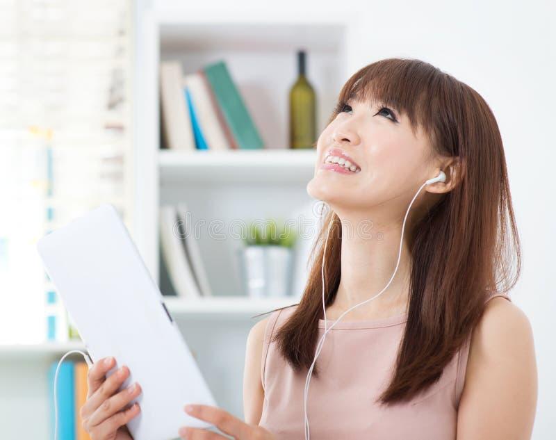 Fille asiatique appréciant la musique photo libre de droits