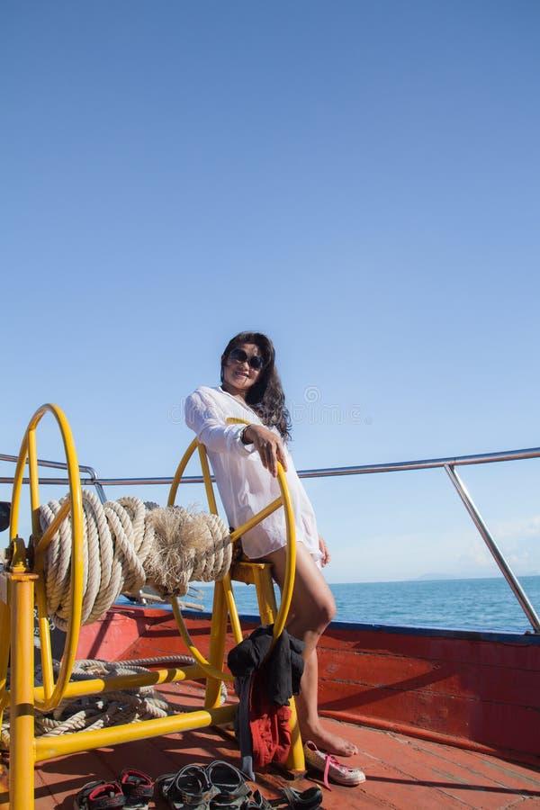 Fille asiatique attirante détendant sur un yacht image stock