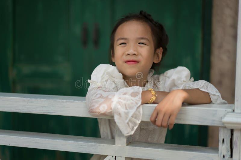 Fille asiatique avec la robe traditionnelle thaïlandaise photos libres de droits