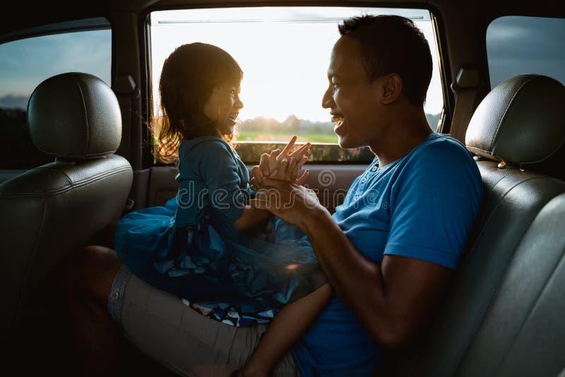 Fille asiatique avec le père dans le jeu de voiture images libres de droits