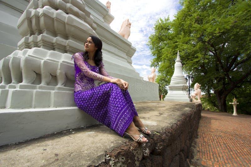 Fille asiatique avec les vêtements traditionnels photo libre de droits