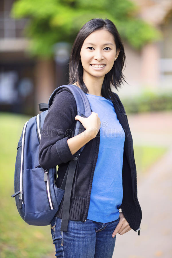 Fille asiatique d'étudiant sur le campus photographie stock
