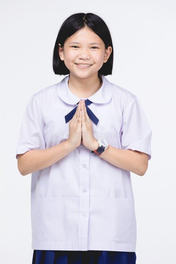 Fille asiatique d'enfant dans l'uniforme de l'?tudiant, moyen temporaire de sawaddee bonjour photographie stock
