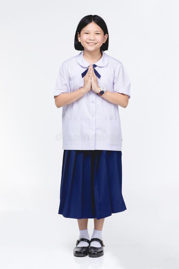 Fille asiatique d'enfant dans l'uniforme de l'?tudiant, moyen temporaire de sawaddee bonjour photos libres de droits