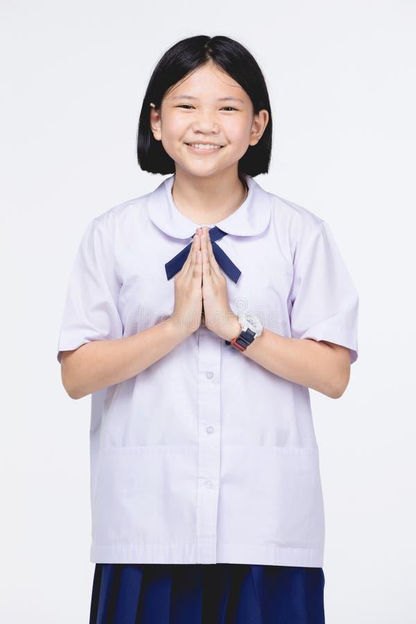 Fille asiatique d'enfant dans l'uniforme de l'?tudiant, moyen temporaire de sawaddee bonjour image stock
