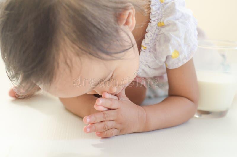 Fille asiatique d'enfant en bas âge prosternée à l'aîné pour des mercis photo stock