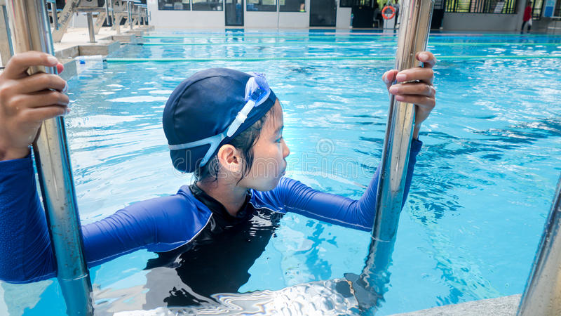 Fille asiatique dans la piscine photographie stock libre de droits