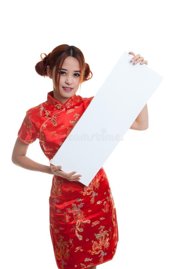 Fille asiatique dans la robe chinoise de cheongsam avec le signe vide rouge photographie stock