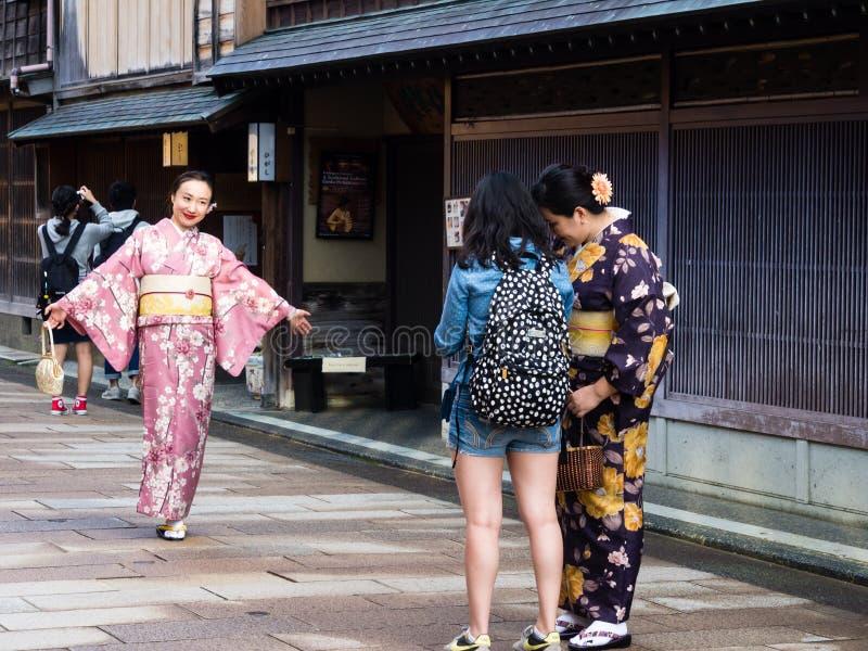 Fille asiatique dans le kimono dans le secteur de geisha de Higashichaya de Kanazawa image libre de droits