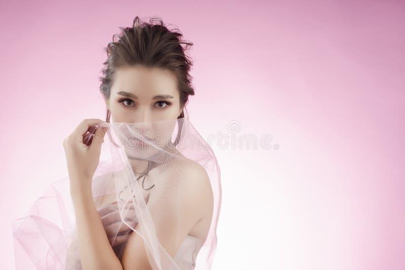 Fille asiatique de beau grand sein avec du charme portant un mariage rose photos libres de droits