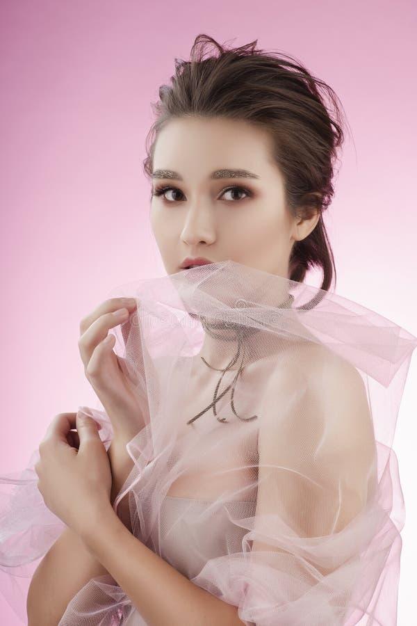 Fille asiatique de beau grand sein avec du charme portant un mariage rose photo libre de droits