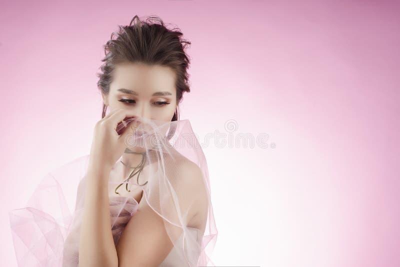 Fille asiatique de beau grand sein avec du charme portant un mariage rose photographie stock