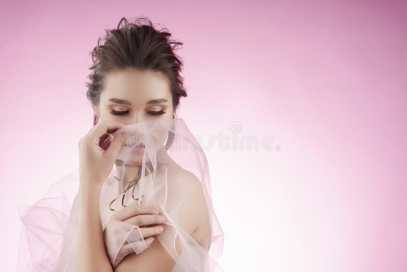 Fille asiatique de beau grand sein avec du charme portant un mariage rose photo stock