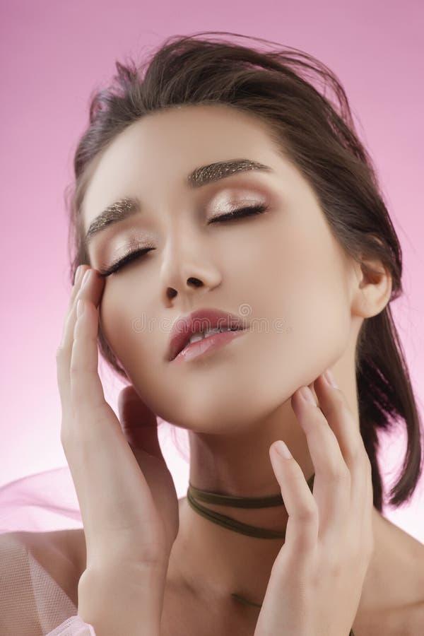 Fille asiatique de beau jeune grand sein avec du charme portant le VE rose images stock