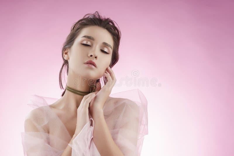 Fille asiatique de beau jeune grand sein avec du charme portant le VE rose photographie stock