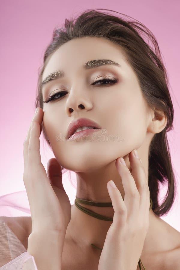 Fille asiatique de beau jeune grand sein avec du charme portant le VE rose photos stock