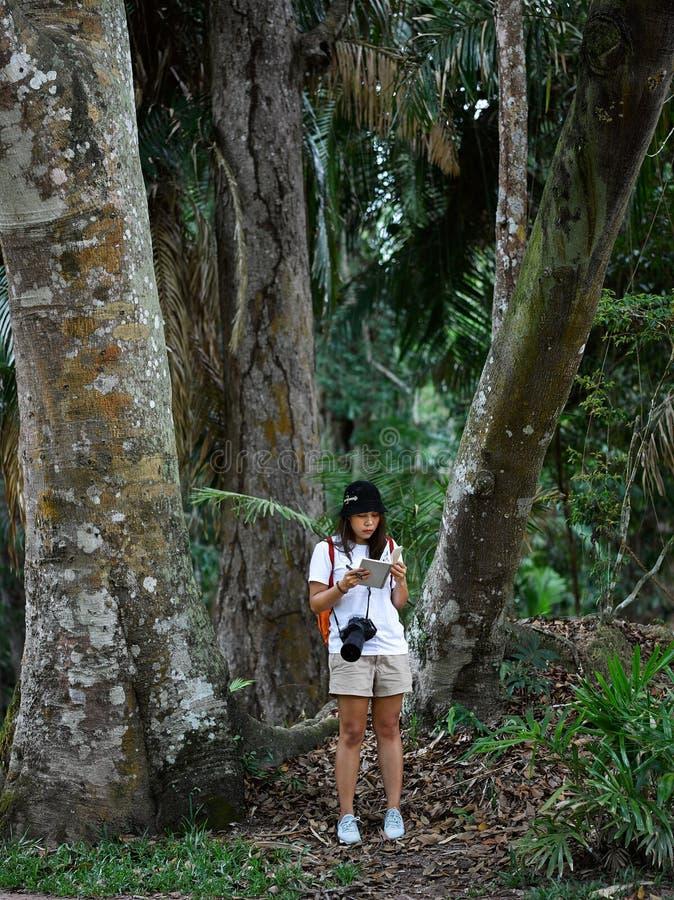 Fille asiatique de botaniste apprenant l'activit? en plein air d'aventure avec le mode de vie dans la for?t tropicale photo libre de droits