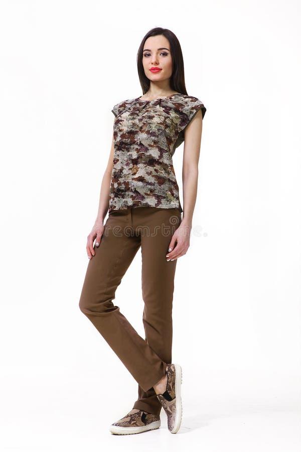 Fille asiatique de mannequin dans des vêtements officiels photo stock