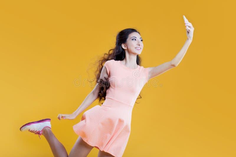 Fille asiatique de mode jeune prenant la photo de images stock